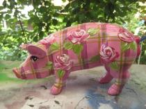 Kariertes Sparschwein mit Rosen