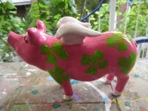 Sparschwein mit Glücksklee und Flügeln