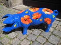 Blaues Sparschwein mit Mohn