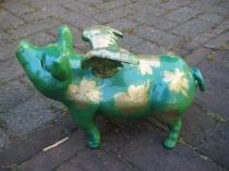 Grünes Sparschwein mit Kleeblättern
