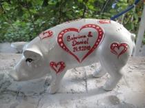Perlmutt-farbenes Sparschwein mit roten Herzen zur Hochzeit