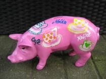 Rosa Sparschwein mit Kaffeetassen