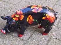 Schwarzes Sparschwein mit Mohn