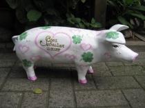 Sparschwein mit rosa Herzen und Kleeblättern zur Hochzeit